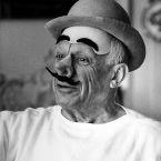 Пикассо в маске клоуна, Канны, 1957.  Фото Дэвида Дугласа Дункана