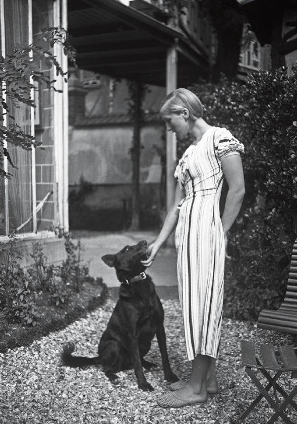 Мария-Тереза Вальтер с собакой. Фото, ок. 1930
