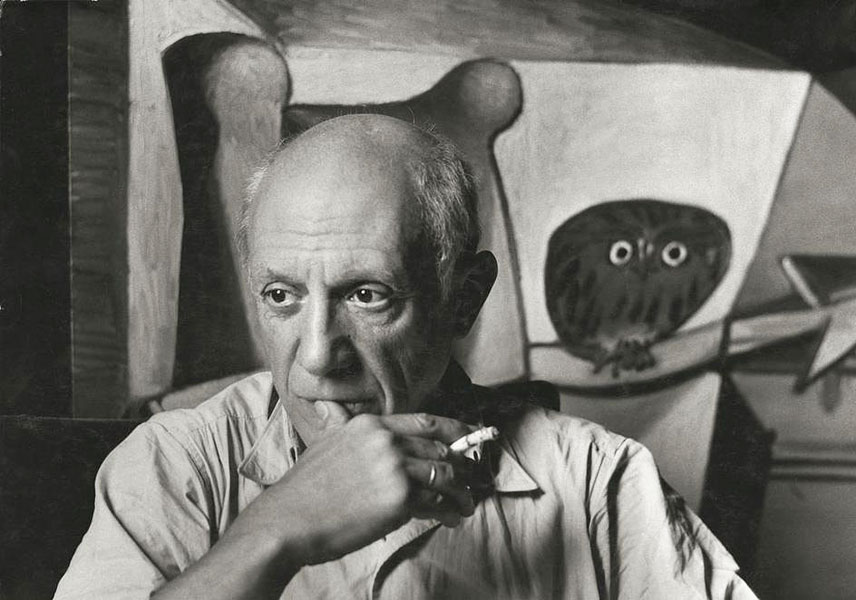 Пабло Пикассо перед картиной Сова в интерьере, Париж, 1948. Фото, Герберт Лист