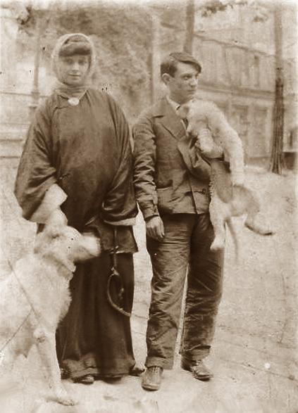 Пабло Пикассо и Фернанда Оливье на Монмартре с собаками. Фото, 1904