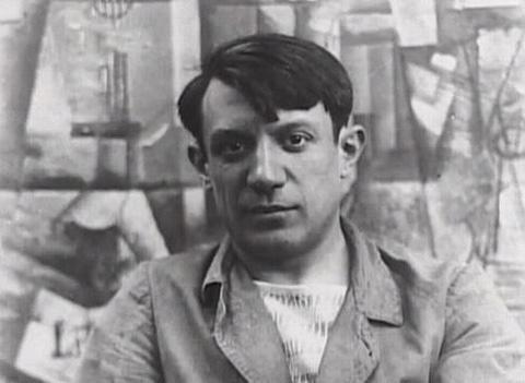 Пабло Пикассо. На фоне картин в стиле кубизма. Фото, ок.1910