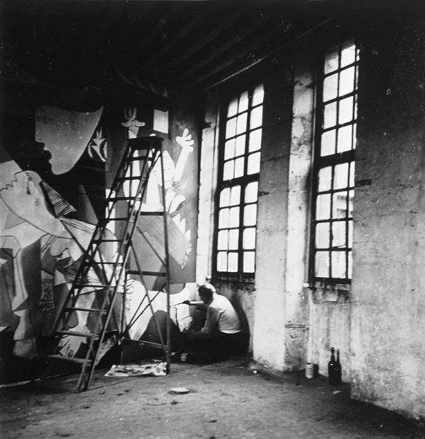 Пабло Пикассо пишет Гернику. Париж, 1937. Фотограф Дора Маар. Фото 5