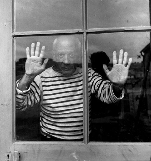 Пабло Пикассо за окном, Валлорис, 1952. Фото Робера Дуано