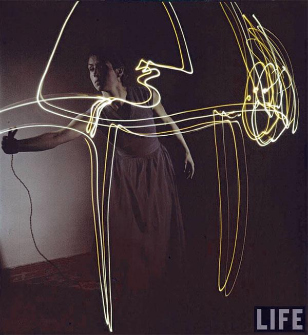 Франсуаза Жило рисует светом, Валлорис, 1949. Гийон Мили, фото