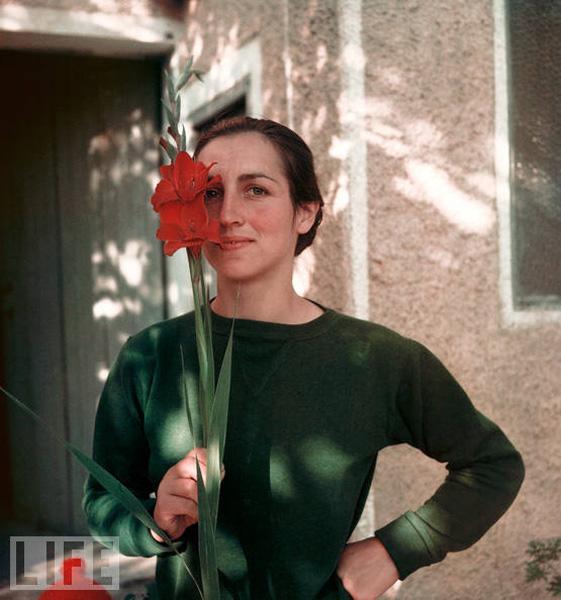 Франсуаза Жило с цветком, Валлорис, 1949. Гийон Мили, фото