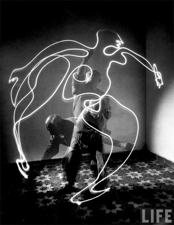 Пабло Пикассо рисует светом, Валлорис, 1949. Гийон Мили, фото 2