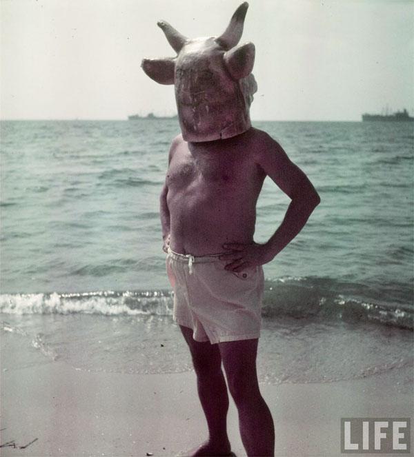 Пабло Пикассо, в маске коровы, на пляже. Гольф-Жуан, 1949. Гийон Мили, фото 2