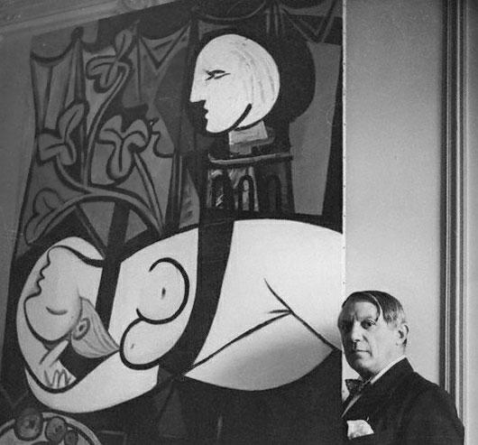 Пабло Пикассо. На фоне картины Обнаженная, зеленые листья и бюст. Фото 1, 1932