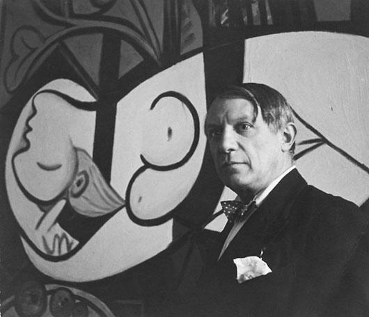 Пабло Пикассо. На фоне картины Обнаженная, зеленые листья и бюст. Фото 2, 1932