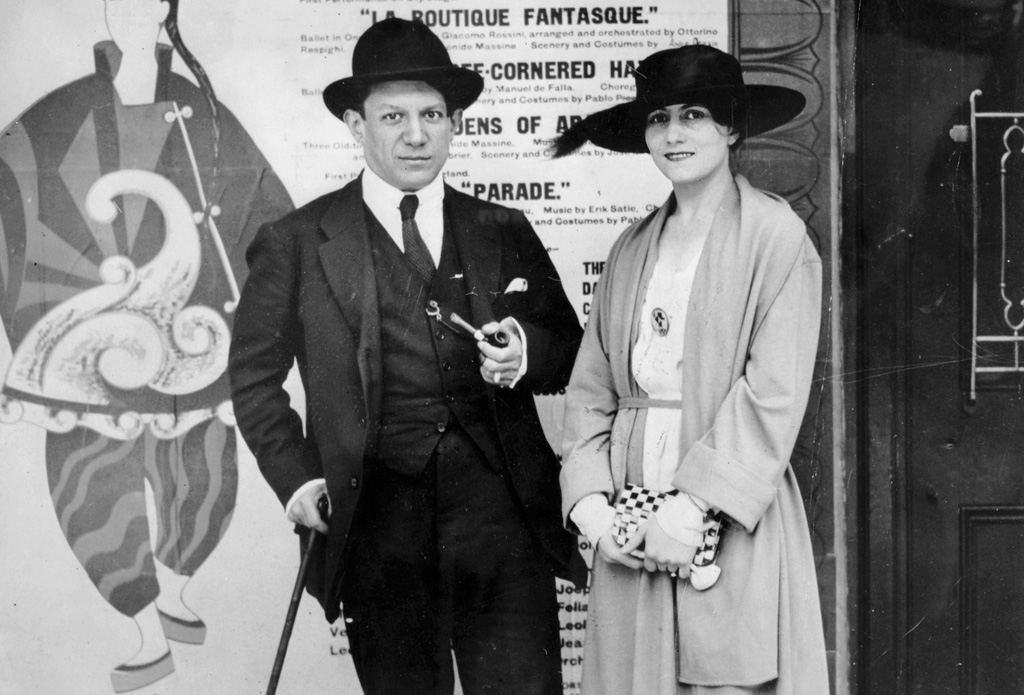Пикассо и Ольга Хохлова на фоне афиши балета Парад. Фото, 1917