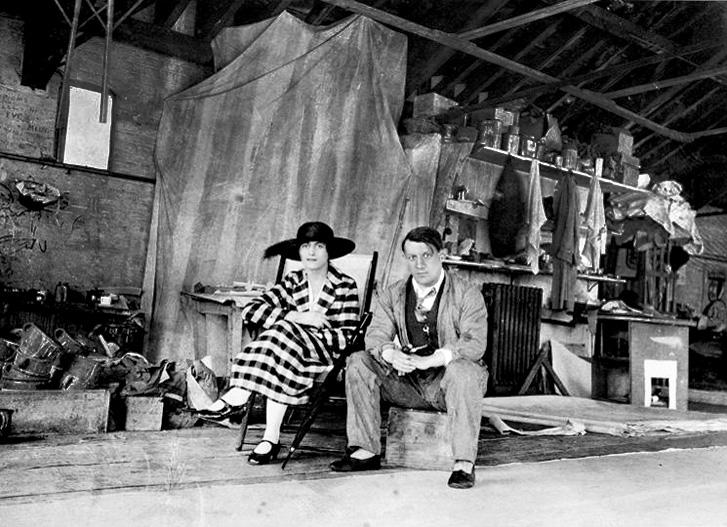 Пикассо и Ольга Хохлова. Фото в мастерской Ковент-Гарден, Лондон, 1919