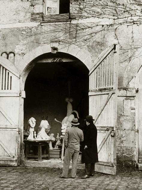 Пикассо у входа в свою мастерскую, Буажелу, 1932. Фото — Брассай