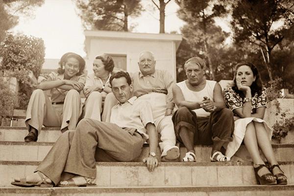 Пикассо, Дора Маар и Ман Рэй в компании, Антиб, 1937. Фото — Ман Рэй
