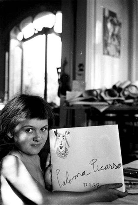 Дочь Пикассо, Палома,  со своим рисунком, 1957. Фото Дэвида Дугласа Дункана