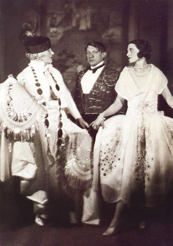 Пикассо и Ольга Хохлова на балу графа де Бомона, Париж, 1924. Фото — Ман Рэй