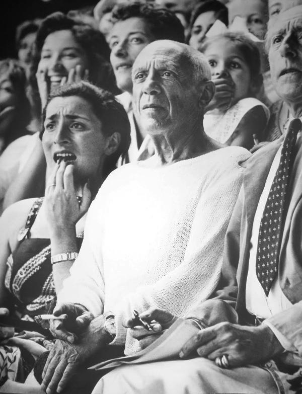 Пикассо, Жаклин Рок, Палома и Жан Кокто на корриде в Валлорисе, 1955. Фото Эдварда Куинна