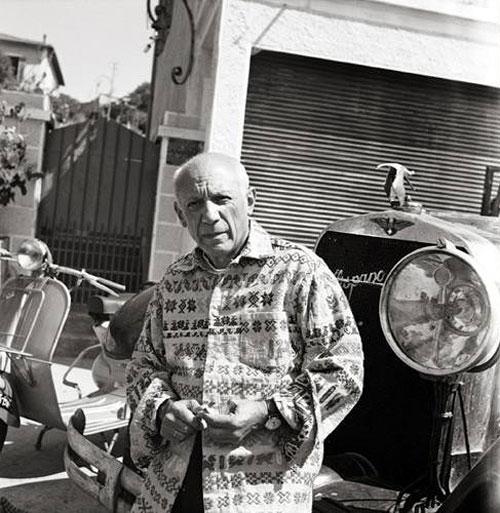 Пикассо и его автомобиль Испано-Сюиза. Валлорис, 1953. Фото Эдварда Куинна