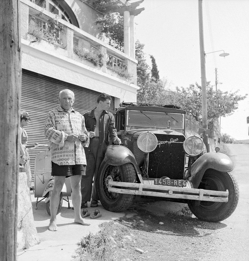 Пикассо с сыном Пауло возле своего автомобиля Испано-Сюиза. Валлорис, 1953. Фото Эдварда Куинна