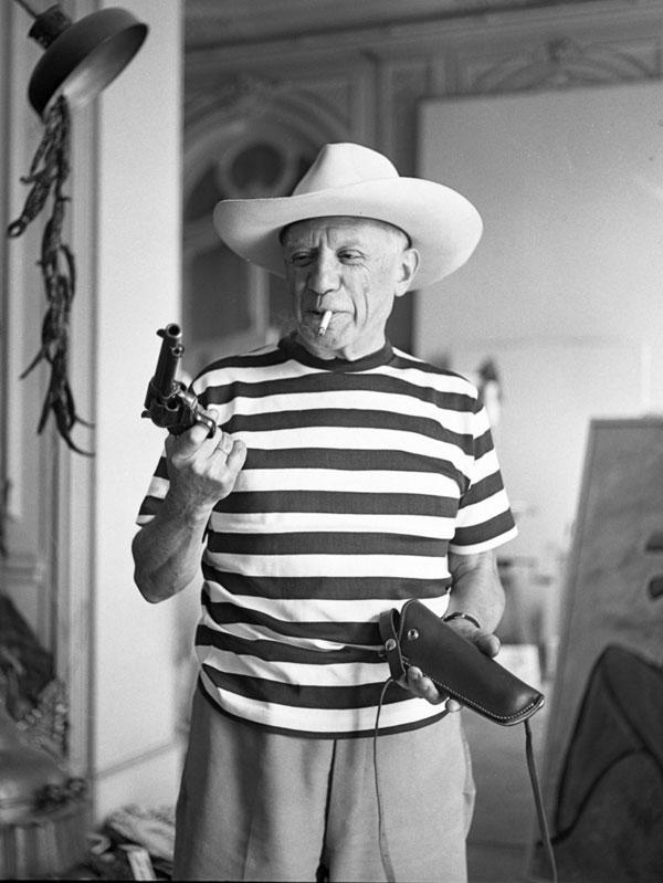 Пикассо с револьвером и в шляпе Гэри Купера, Канны, 1958 год. Фото Андре Вилье