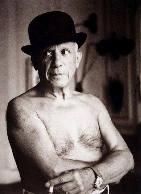 Пабло Пикассо в котелке, Канны, 1955. Фото Жак-Анри Лартиг