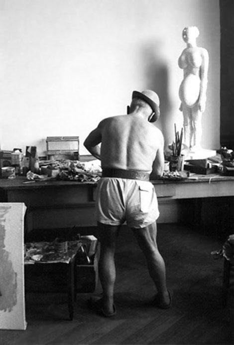 Пикассо со скульптурой беременной женщины, Канны, 1957.  Фото 2, Дэвид Дуглас Дункан