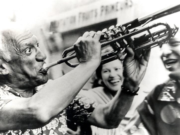 Пикассо играет на трубе, 1955. Фото Luc Fournol