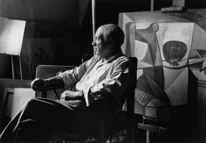Пикассо перед картиной Сова в интерьере.  Париж, 1948. Фото, Герберт Лист