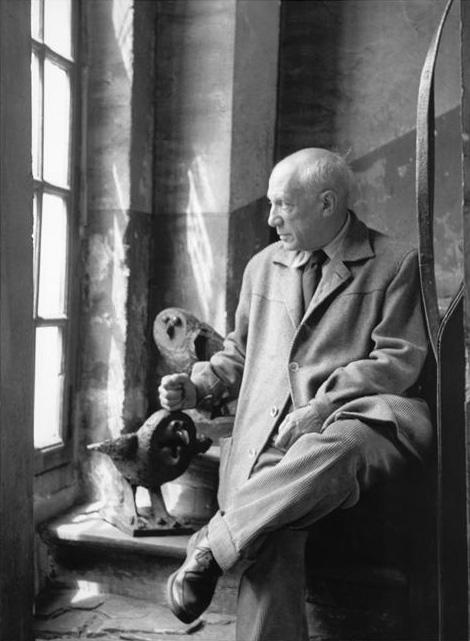 Пикассо с бронзовыми совами, Париж, 1952. Фото Дениз Коломб