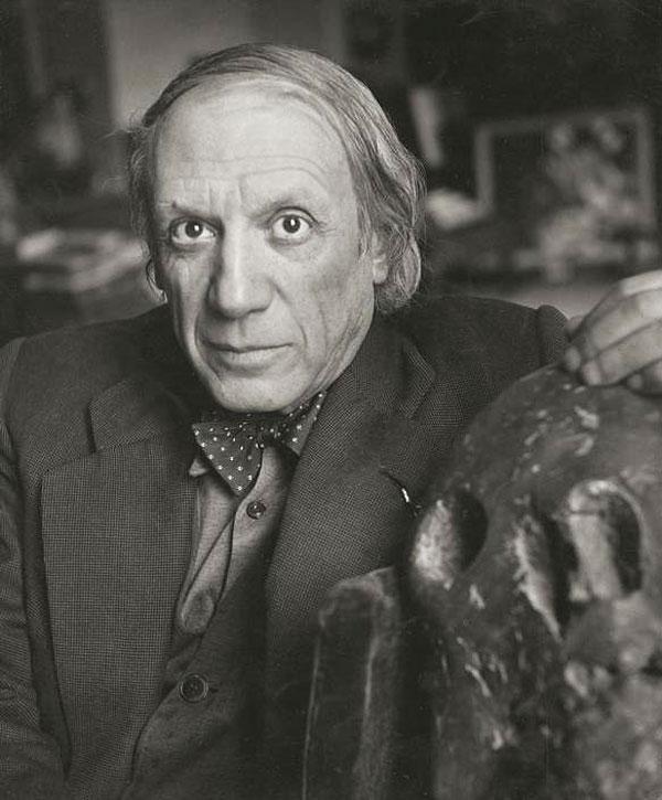 Пабло Пикассо со своей скульптурой Череп, Париж, 1944. Фото, Герберт Лист