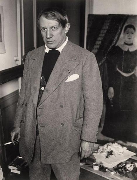 Пикассо на фоне портета «Ядвига» Руссо, Париж, 1932. Фото — Брассай