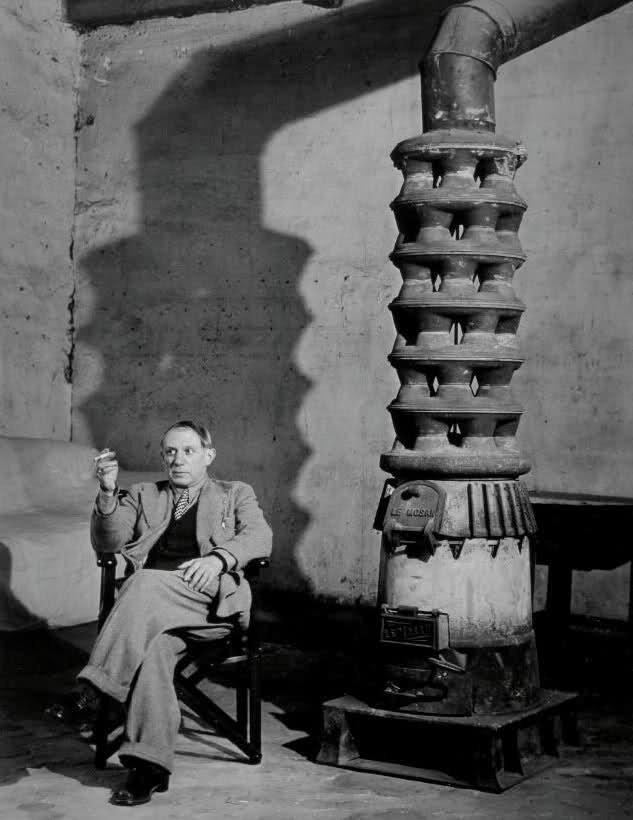 Пикассо в мастерской на улице Великих Агустинцев, Париж, 1939. Фото — Брассай