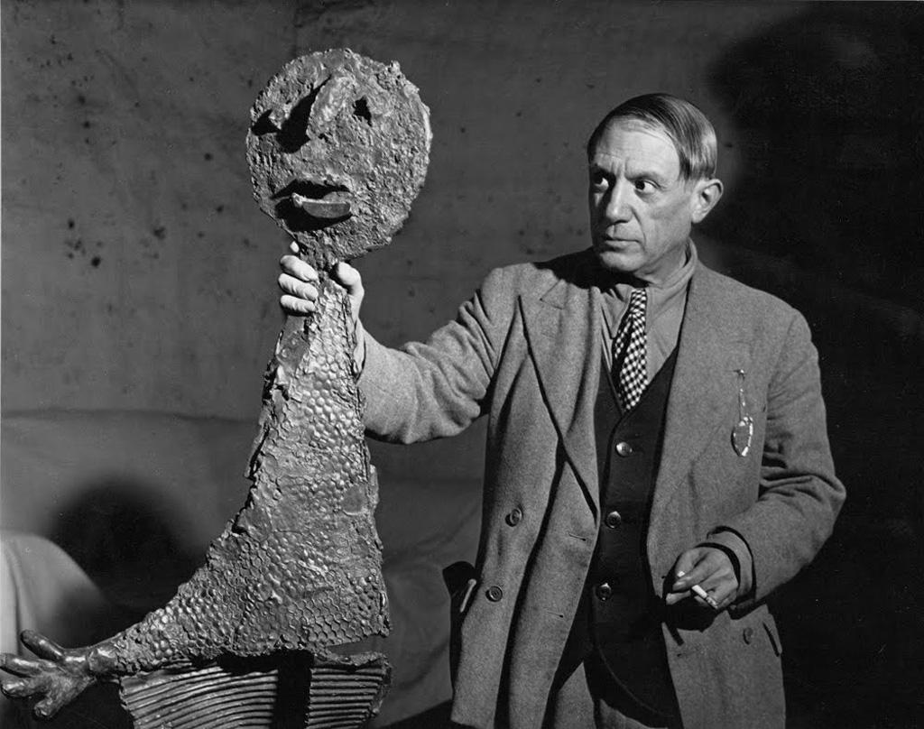Пикассо со своей скульптурой Оратор, Париж, 1939. Фото — Брассай