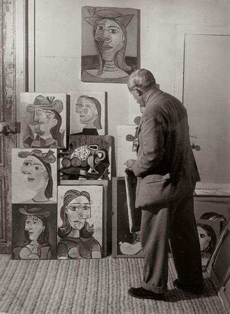 Пикассо показывает свои портреты Доры Маар, Париж, 1939. Фото — Брассай