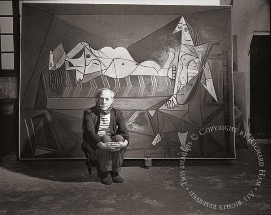 Пабло Пикассо перед своей картиной