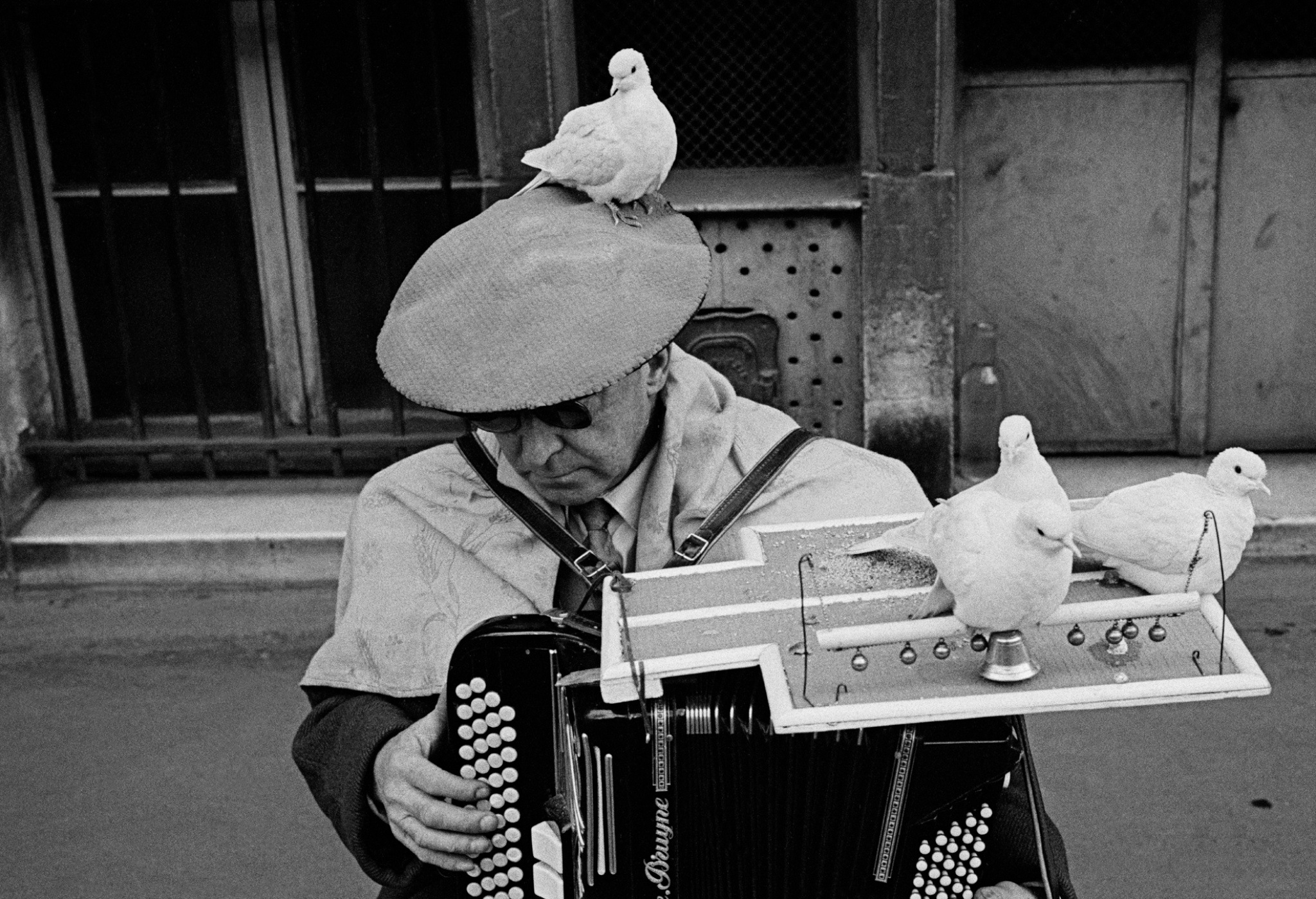 Frank Horvat_1955, Paris, Man with doves