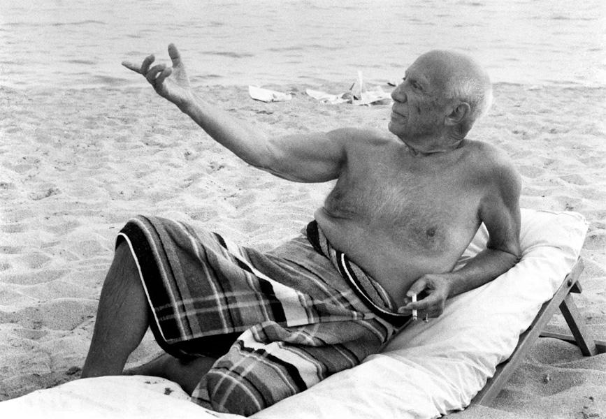 Пикассо на пляже, Канны, 1965. Фото — Люсьен Клерг
