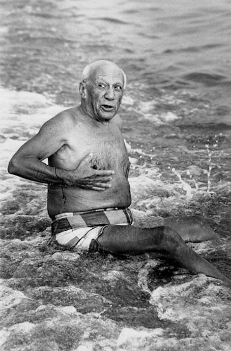 Пикассо позирует на пляже, Канны, 1965. Фото — Люсьен Клерг