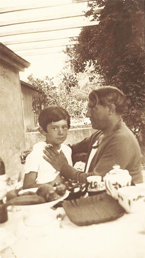 Пабло Пикассо с сыном Пауло, 1929. Фото — Ман Рэй