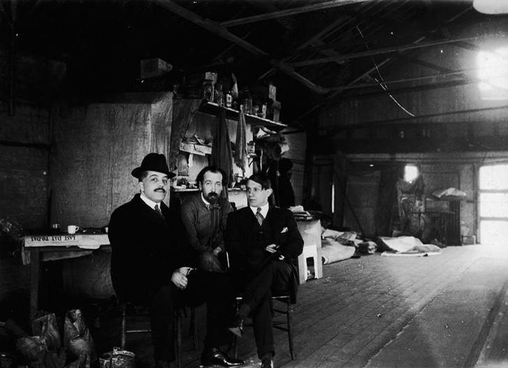 Пикассо и Дягилев в мастерской Ковент-Гарден, Лондон, во время подготовки балета Треуголка, 1919