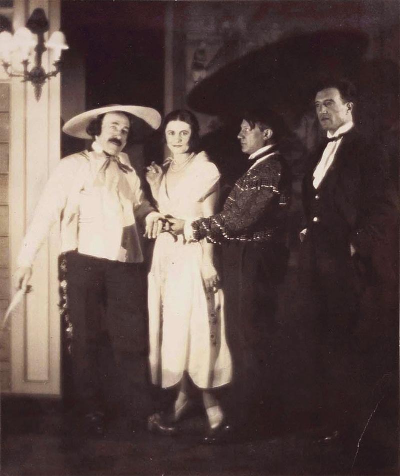 Рикардо Виньес, Ольга Пикассо, Пабло Пикассо и Мануэль Анхелес Ортис на балу графа де Бомона, Париж, 1924. Фото — Ман Рэй
