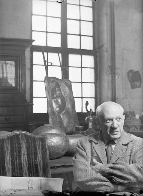 Пикассо в своей мастерской на улице Великих августинцев, Париж, 1952. Фото Дениз Коломб