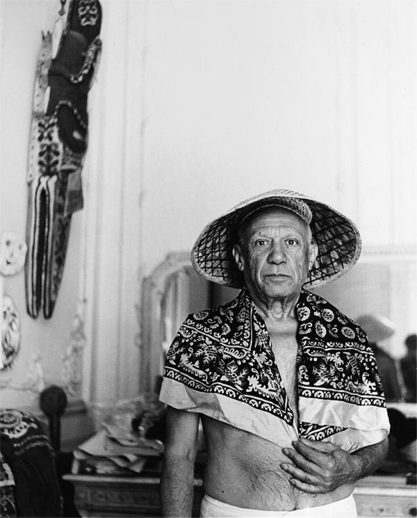 Пабло Пикассо в соломенной шляпе и платке, Канны, 1956. Фото — Андре Вилье