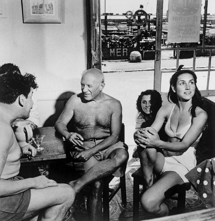 Пабло Пикассо и Франсуаза Жило в кафе, Гольф-Жуан, 1948. Фото — Роберт Капа