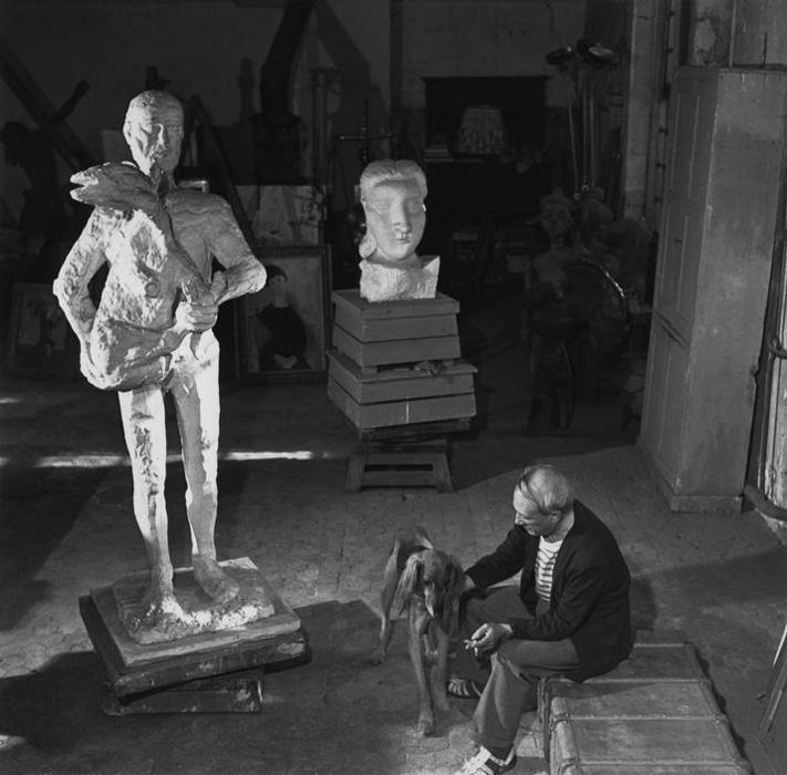 Пикассо с Казбеком и скульптурой Человек с ягненком в своей мастерской, 1944. Фото — Роберт Капа