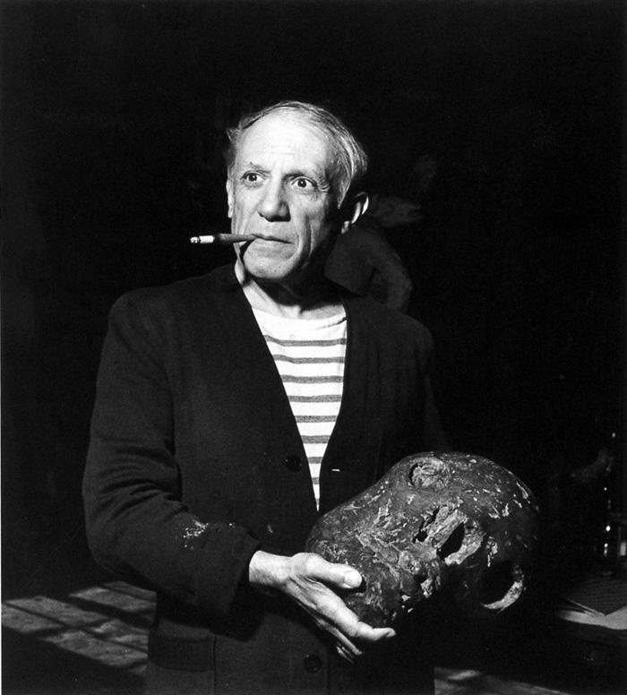 Пикассо со своей скульптурой Череп. Фото 1944, Роберт Капа