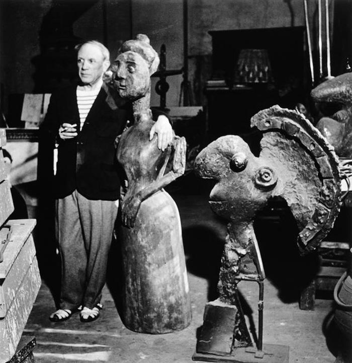 Пикассо в своей скульптурной мастерской на улице Великих августинцев, 1944. Фото — Роберт Капа