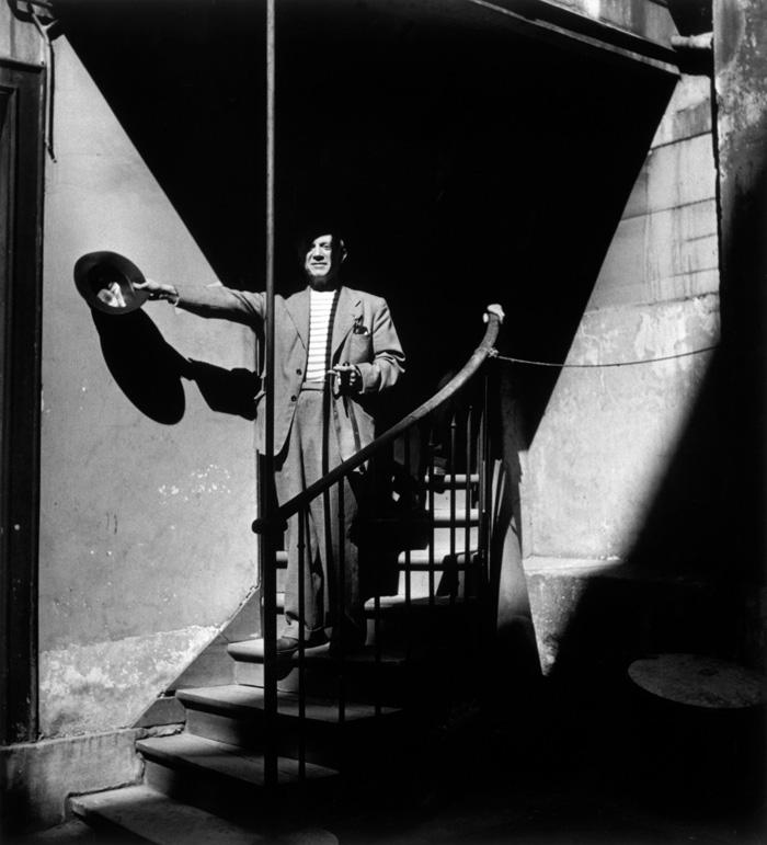 Пикассо в мастерской на улице Великих августинцев, 1944. Фото — Роберт Капа