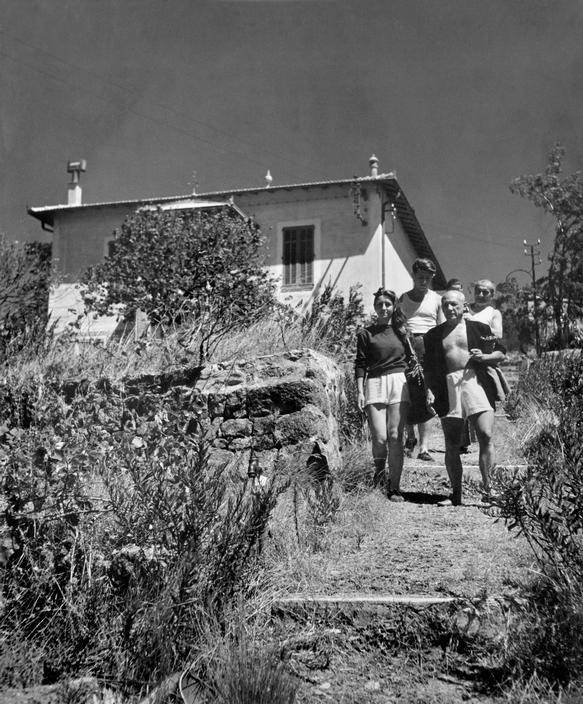 Пикассо, Франсуаза Жило и другие, вилла Галуа, Валлорис, 1948. Фото — Роберт Капа