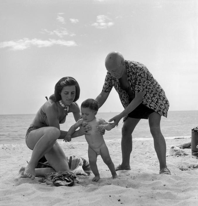 Пикассо с Франсуазой Жило и сыном Клодом на пляже, Гольф-Жуан, 1948. Фото — Роберт Капа