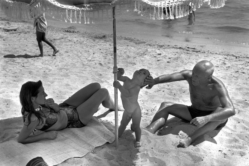 Пикассо, Франсуаза Жило и их сын Клод на пляже, Гольф-Жуан, 1948. Фото — Роберт Капа